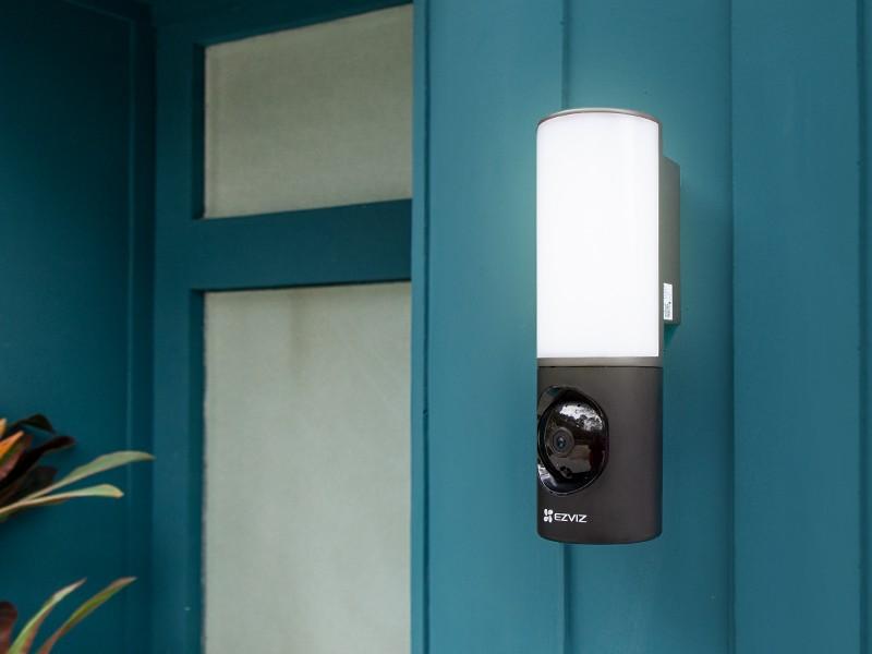 [Nouvelles concernant la maison intelligente] Vous prévoyez de partir en vacances mais vous voulez avoir l'esprit tranquille quant à la sécurité de votre maison ? Voici les raisons pour lesquelles vous allez adorer cette nouvelle caméra luminaire murale innovante.